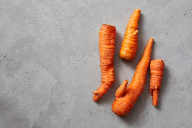 Grappige monster lelijke wortelen. trendy lelijke biologische siamese wortelen uit de eigen tuin