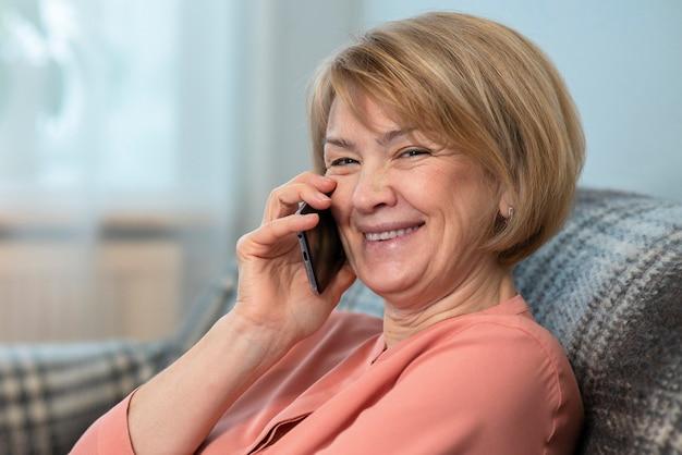 Grappige mooie vrouw, oudere senior volwassen volwassen dame belt, praten op mobiele mobiel