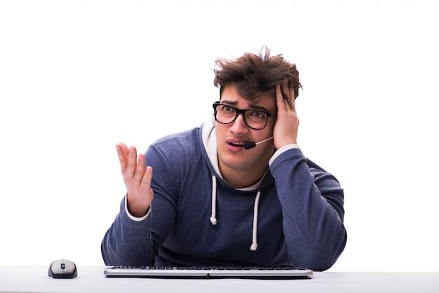 Grappige nerdmens die aan geïsoleerde computer werkt