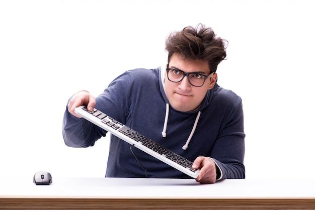 Grappige nerdmens die die aan computer werken op wit wordt geïsoleerd