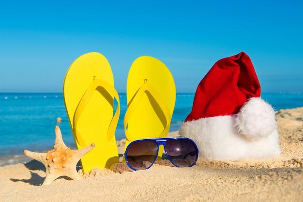 Grappige nieuwjaarsvakantie aan zee. kerstreizen in tropische landen
