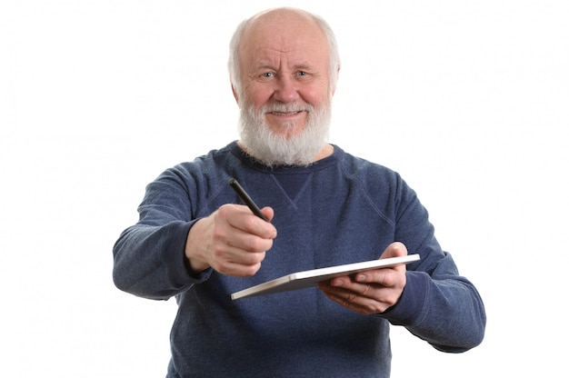 Grappige oude mens die die tabletcomputer met behulp van op wit wordt geïsoleerd