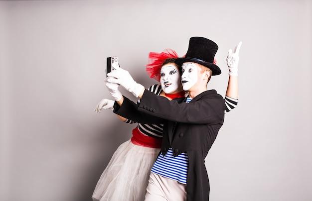 Grappige paar mimespelers die een selfie-foto maken, april fools day.