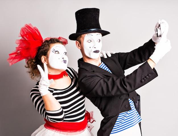 Grappige paar mimespelers die een selfie-foto maken.