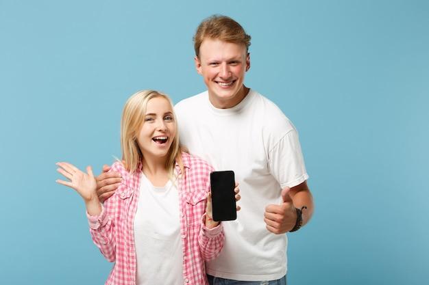 Grappige paar twee vrienden man en vrouw in wit roze t-shirts poseren