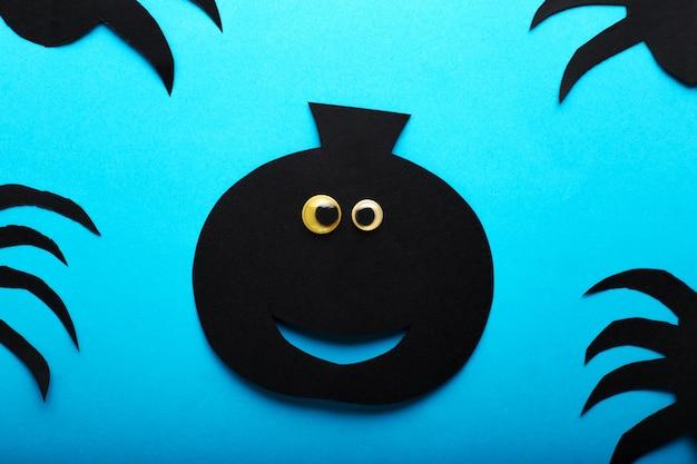 Grappige papieren zwarte pompoen met ogen. gelukkig halloween decoraties concept