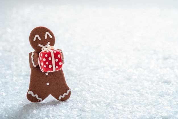 Grappige peperkoekkoekjesmannen met kleine marsepeinsneeuwman