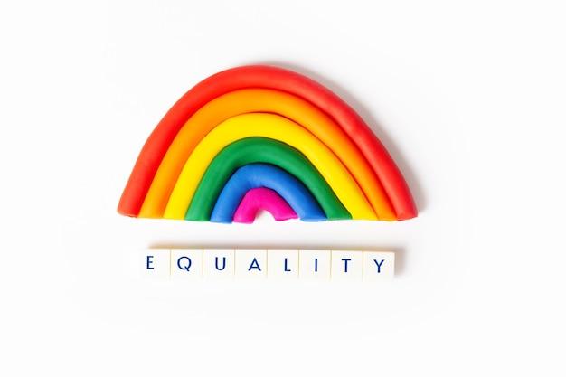 Grappige platicine-regenboog met belangrijk voor lgbt-gemeenschapswoordgelijkheid lgbt-conceptkaart of poster voor trotsmaand