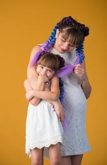 Grappige positieve moeder en dochter