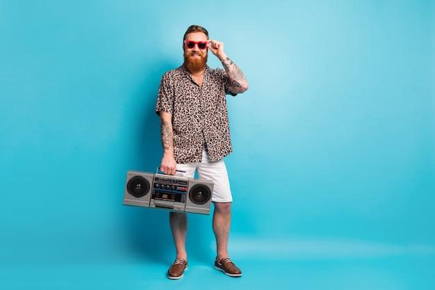 Grappige retro disco gember man hold boom box geniet van feest