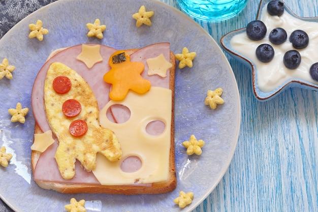 Grappige sandwich met rucola en een kosmonaut op de kaasmaan