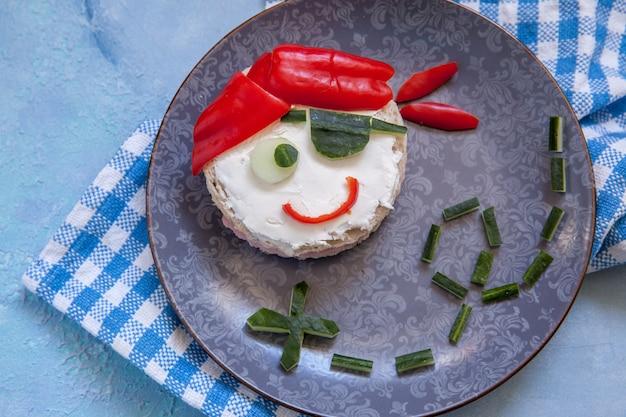 Grappige sandwich voor kinderen in de vorm van een piraat