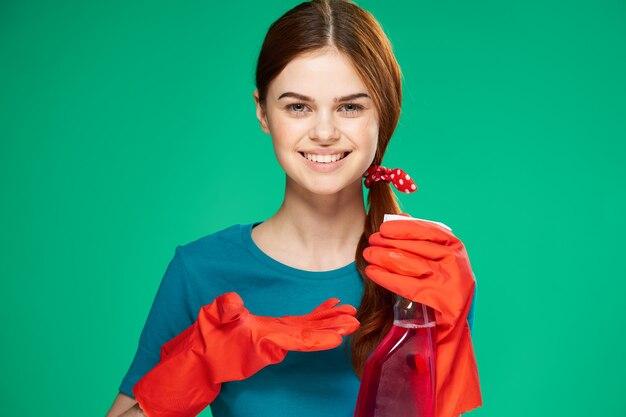 Grappige schoonmaakster wasmiddelen rubberen handschoenen thuiszorg