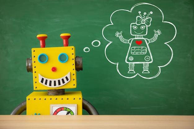 Grappige speelgoedrobotleraar tegen bord met kopie ruimte in de klas.
