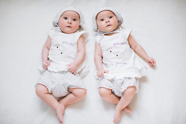 Grappige tweeling zusjes baby's
