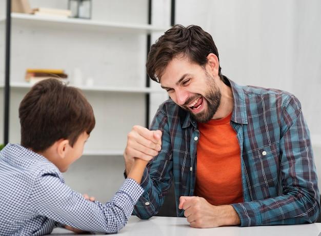 Grappige vader die skandenberg met zijn zoon maakt