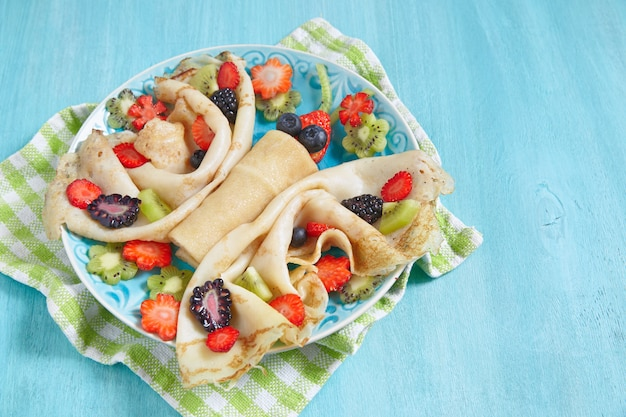 Grappige vlindervormige pannenkoeken met bessen voor kinderen