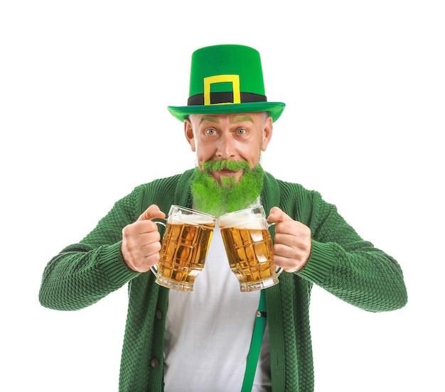 Grappige volwassen man met glazen bier geïsoleerd. st. patrick's day-viering