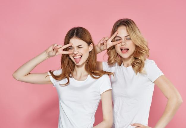 Grappige vriendinnen knuffels emotie vriendschap levensstijl roze achtergrond