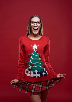 Grappige vrouw gekleed in kerstkleren