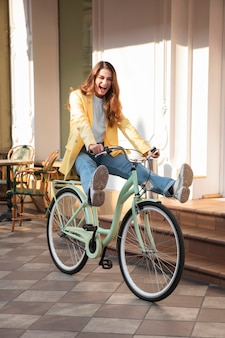 Grappige vrouw haar fiets rijden op straat