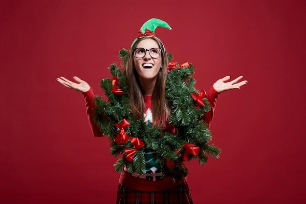 Grappige vrouw met geïsoleerde kerstmisslinger