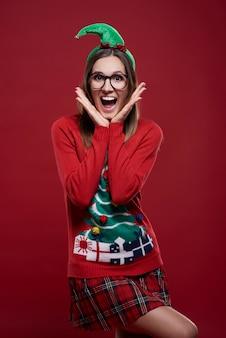 Grappige vrouwelijke nerd gekleed in kerstkleren