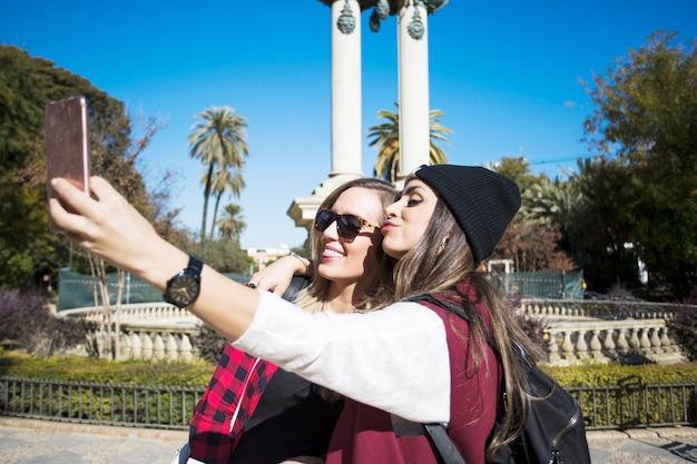 Grappige vrouwen die selfie op straat nemen