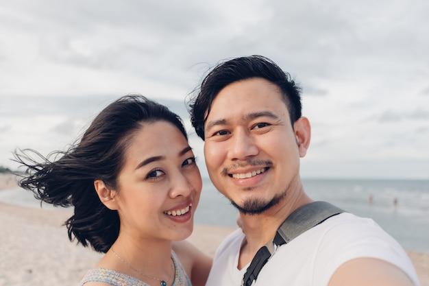 Grappige wow gezicht selfie van paar op strand.