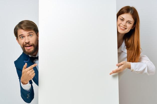 Grappige zakelijke man en vrouw witte poster presentatie kopie ruimte.