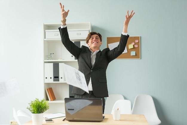 Grappige zakenman papieren gooien in kantoor