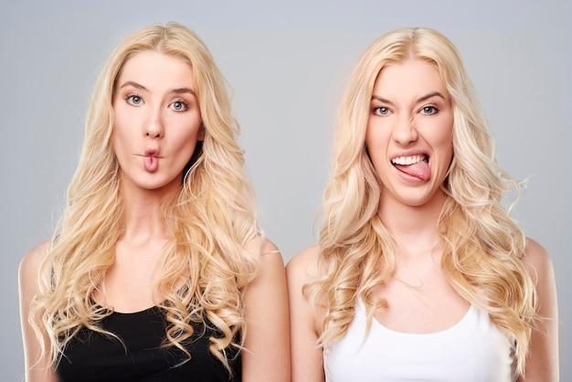 Grappige zusters in zwart-wit