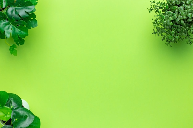 Grasgroene plastic planten in potten op groen