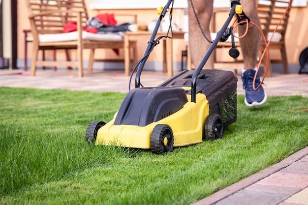 Grasmaaimachine op groen gras