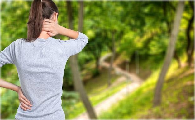 Gratis gelukkige vrouw genieten van de natuur. achteraanzicht