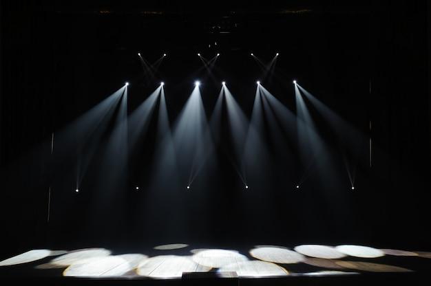 Gratis podium met verlichting, verlichtingsapparatuur. nachtshow.