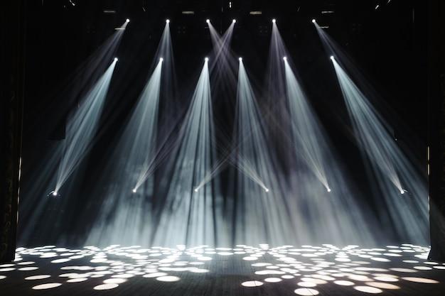 Gratis podium met verlichting, verlichtingsapparatuur.