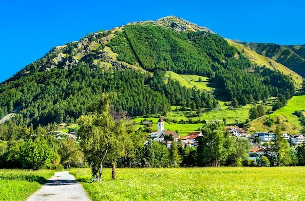 Graun im vinschgau of curon venosta, een stad aan het meer van reschen in zuid-tirol, italiaanse alpen