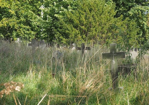 Graven en kruisen op de gotische begraafplaats