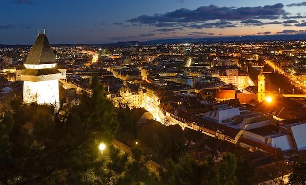 Graz nacht bovenaanzicht van de stad met verlichte gebouwen oostenrijk.