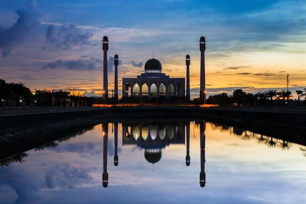 Great center-moskee de bouworiëntatiepunt op songkla-de achtergrond van provinciethailand