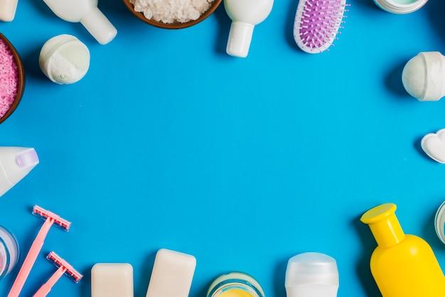 Grens die met schoonheidsmiddelenproducten wordt gemaakt op blauwe achtergrond