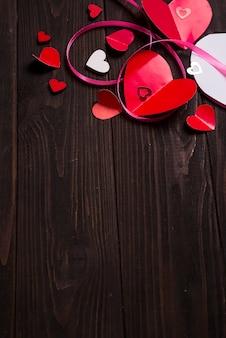 Grens van Rode papier harten media liefde brengen