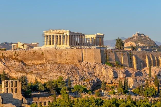Griekenland. athene. zonnige zomerochtend. uitzicht vanaf de hoogte op de akropolis. veel toeristen