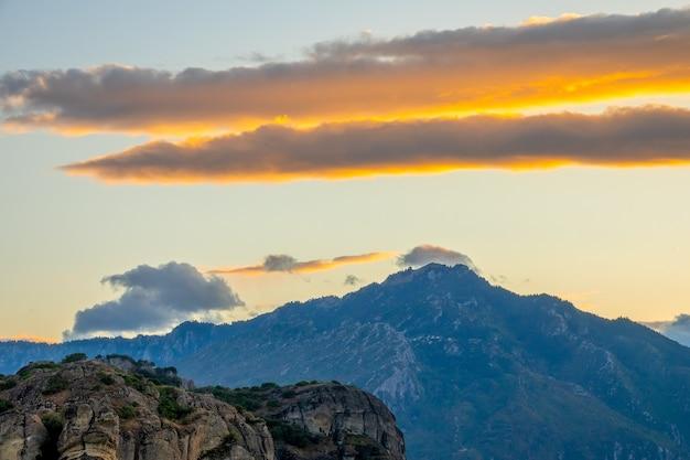 Griekenland. avond bergtoppen. hemel met wolken na zonsondergang