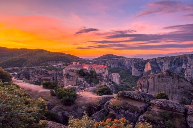 Griekenland. de zomerdageraad boven een grieks rotsklooster in meteora (nabij kalambaka). 10 minuten voor zonsopgang