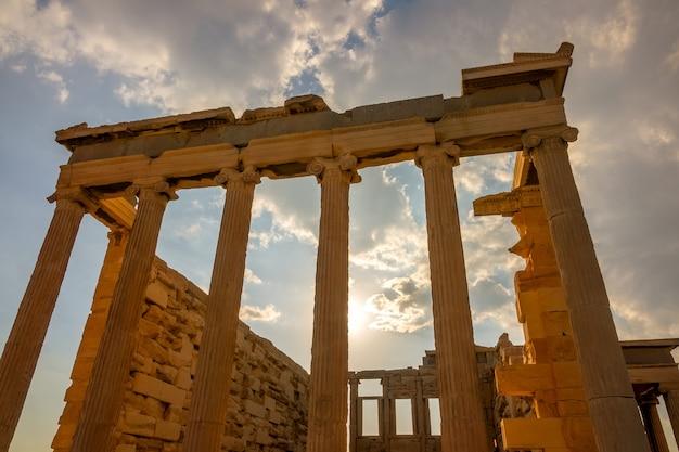 Griekenland. een deel van de gevel van een oude tempel en de zonnestralen in athene