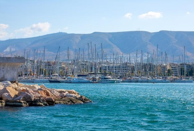 Griekenland. een klein mediterraan stadje. veel zeiljachten in een jachthaven