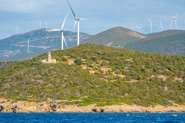 Griekenland. heuvelachtige kust van de golf van korinthe in zonnige dag. veel windmolenparken en oude vuurtorens