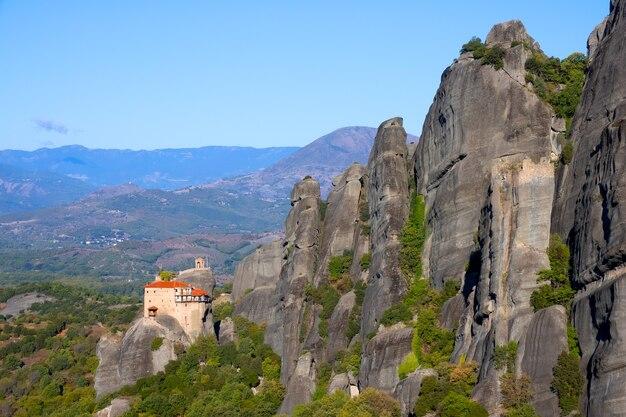 Griekenland. kalambaka. meteora bergdal en klifklooster